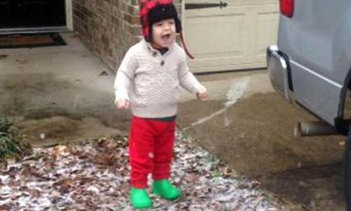 Bé trai Mỹ sửng sốt khi lần đầu thấy tuyết rơi