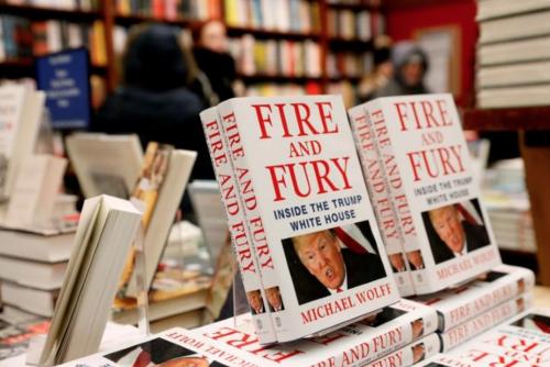 Cuốn Lửa và Thịnh nộ: Bên trong Nhà Trắng của Trump được bày bán tại New York hôm 5/1. Ảnh: Reuters.