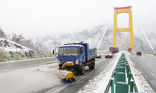 Giá lạnh tấn công Trung Quốc, người ủ chăn bông ra đường