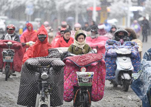 Giá lạnh tấn công Trung Quốc, người ủ chăn bông ra đường - 5