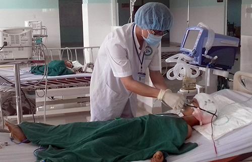 Sau khi được phẫu thuật cấp cứu vết thương xuyên trán, đến sáng nay A Trung đã qua cơn nguy kịch. Ảnh: Sơn Nguyễn
