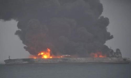 Tàu chở dầu đâm tàu hàng, bốc cháy ngoài khơi Trung Quốc