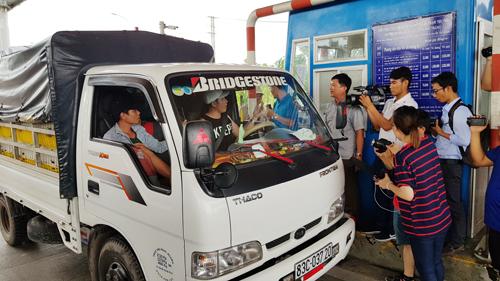 cánh tài xế đồng loạt dừng xe phản đối sau gần 10 phút BOT Sóc Trăng thu phí trở lại khi xả trạm lúc 9 giờ sáng. Ảnh: Nhật Tân.