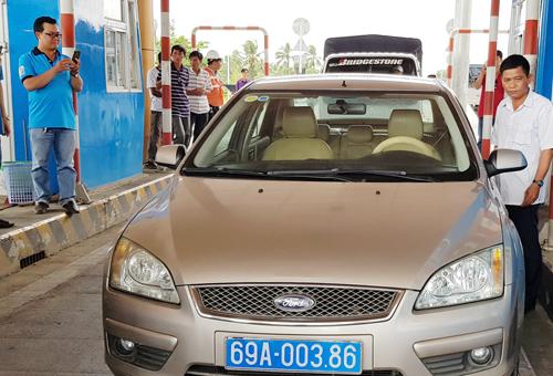 Tài xế chạy ôtô biển xanh thuộc Hội chữ thập đỏ tỉnh Cà Mau dừng lại phản ứng. Ảnh: Nhật Tân.