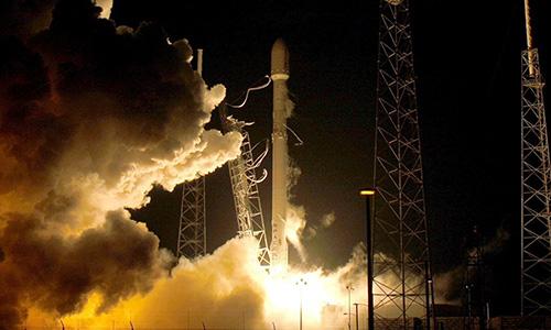 Tên lửa đẩy Falcon 9 đưa tàu vũ trụ Zuma rời bệ phóng ở Florida sáng nay. Ảnh:Sputnik.