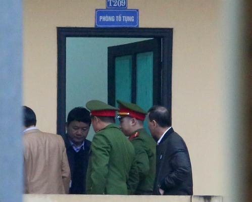 Ông Đinh La Thăng tại phòng Tố tụng Tòa án Hà Nội trước giờ xét xử sáng nay. Ảnh: Ngọc Thành.