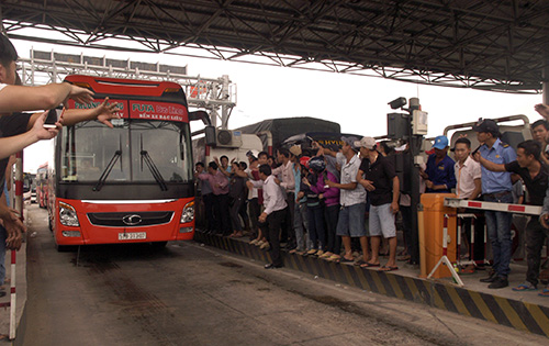 Nhiều tài xế và người dân vỗ tay khi BOT Cần Thơ - Phụng Hiệp xả trạm. Ảnh: Cửu Long.