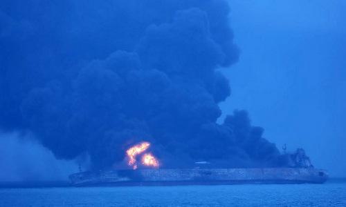 Tàu Sanchi bốc cháy ngoài khơi Trung Quốc. Ảnh: AFP.
