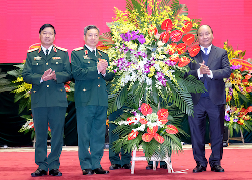 Thủ tướng Nguyễn Xuân Phúc tặng hoa chúc mừng Bộ tư lệnh tác chiến không gian mạng. Ảnh: VGP/Quang Hiếu
