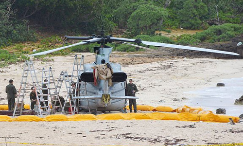 Chiếc UH-1 đáp khẩn cấp xuống bãi biển hôm 6/1. Ảnh: AFP.