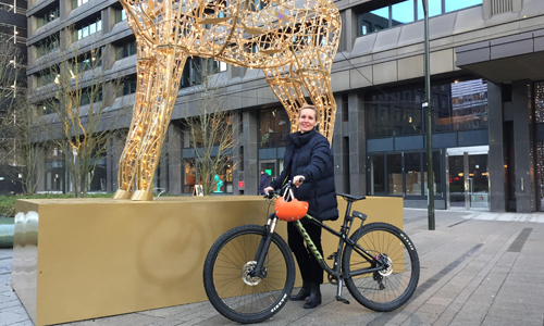 Bà Mellander và chiếc xe đạp đi làm hàng ngày. Ảnh: NVCC.