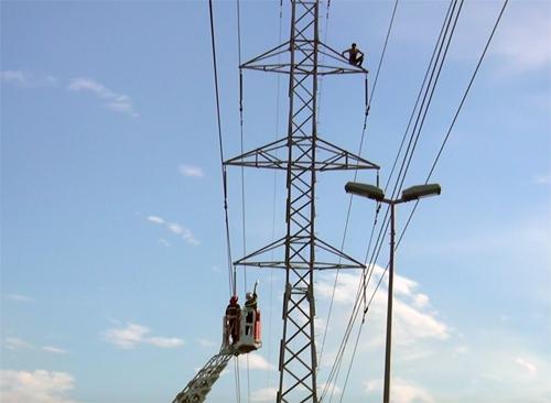 nam thanh niên leo lên trụ điện cao thế. Ảnh: Sơn Hoà