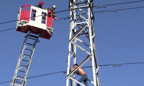 """Cảnh sát dùng xe thang """"cứu"""" thanh niên trên trụ điện cao thế"""