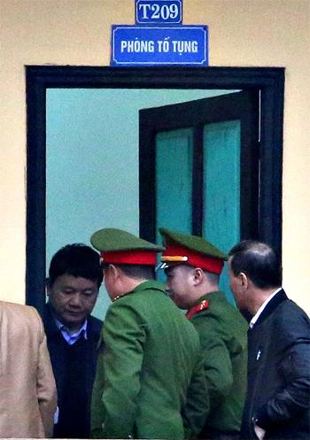 Ông Đinh La Thăng trước giờ xét xử vào sáng nay. Ảnh: Ngọc Thành.