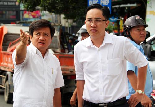 Phó chủ tịch UBND quận 1 Đoàn Ngọc Hải (trái) trong lần ra quân xử lý tình trạng lấn chiếm vỉa hè. Ảnh: Hữu Công