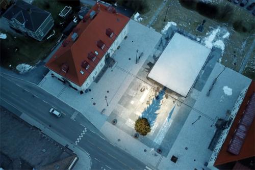 Ánh nắng mặt trời phản chiếu xuống quảng trường ngôi làngRjukan. Ảnh: ABC.