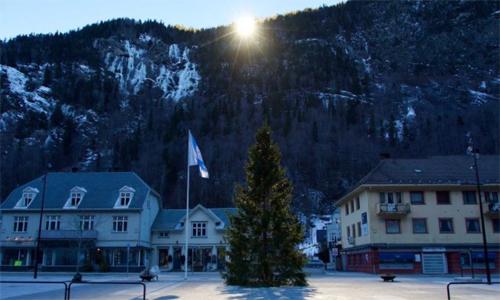 """Ngôi làng Na Uy phải dùng gương """"thu"""" ánh mặt trời suốt nửa năm"""