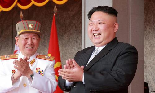 Nhà lãnh đạo Triều Tiên Kim Jong-un (phải). Ảnh: AFP.