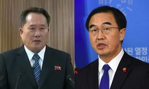 Ông Ri Son-gwon, chủ tịch Ủy ban Tái thống nhất Hòa bình Triều Tiên (trái), và Bộ trưởng Thống nhất Hàn Quốc Cho Myoung-gyon. Ảnh: Straits Times/AFP.