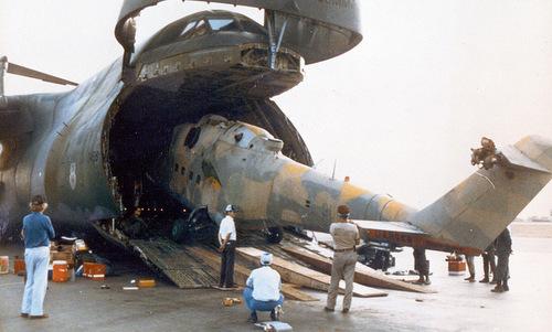 Chiếc Mi-25 được đưa lên vận tải cơ C-5 để mang về Mỹ. Ảnh: US Army.