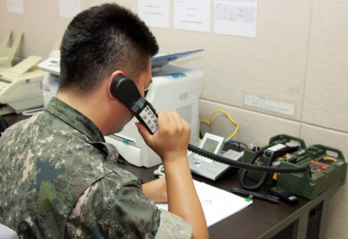 A South Korean soldier performs test-calls on the inter-Korean military hotline near the West Sea region in July 2017. (Yonhap)