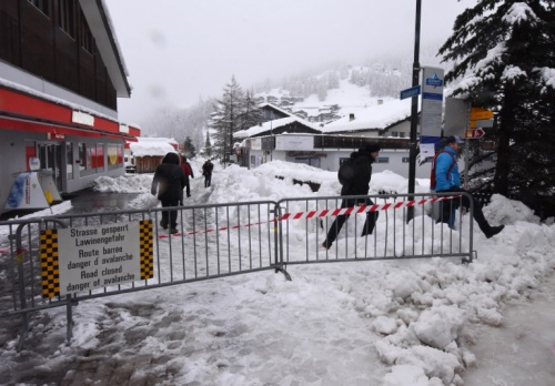Biển cấm đường Tourists ignore a road closed sign after heavy snowfall and avalanches trapped more than 13,000 tourists at Zermatt, one of Switzerlands most popular ski stations, on January 9, 2018. The snow has blocked all roads and the train leading to the resort in the southern Swiss canton of Valais, which was also hit by some power outages.
