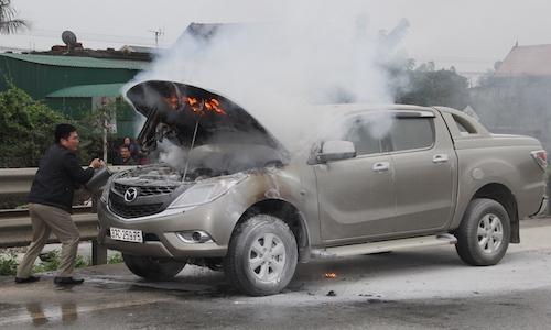 Ôtô bán tải bốc cháy khi đang chạy