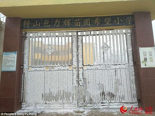 Cổng trường đóng đá vì lạnh. Ảnh: Nhân dân Nhật báo.