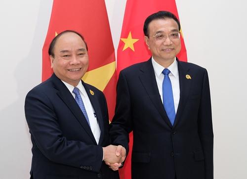 Thủ tướng Nguyễn Xuân Phúc vàThủ tướng Trung Quốc Lý Khắc Cường tại Campuchia ngày 10/1. Ảnh: VGP.