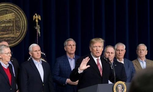 Các quan chức sát cánh bên Trump tại cuộc họp báo ở Trại David hôm 6/1. Ảnh: AP.