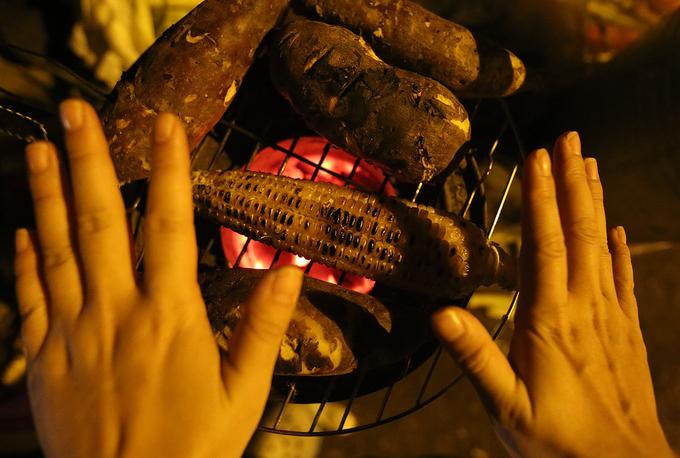 Người Hà Nội đốt lửa xua giá rét