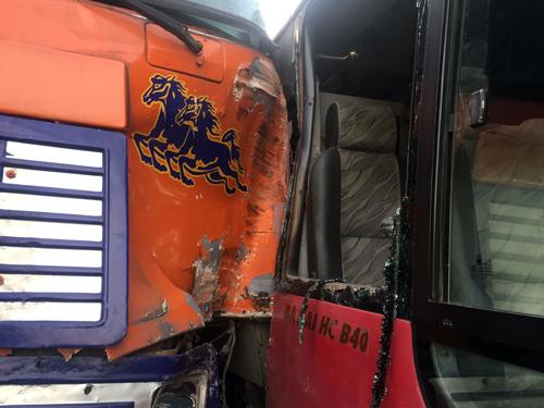 Hai xe hư hỏng sau tai nạn. Ảnh: Tin Tin