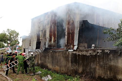 Cảnh sát cứu hỏa tiếp cận, khống chế đám cháy. Ảnh: Xuân