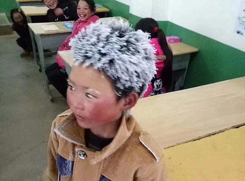 Tóc cậu bé dựng đứng, phủ đầy băng giá. Ảnh: Nhân dân Nhật báo.