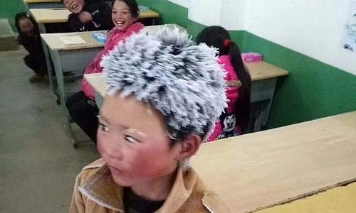 Cậu bé nghèo Trung Quốc tóc đông đá vượt 5 km đến trường