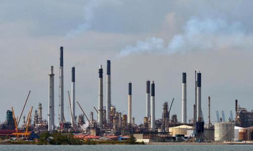 Khu lọc dầu của Shell ở Pulau Bukon, nơi bị đánh cắp một lượng lớn. Ảnh: Straitstimes.