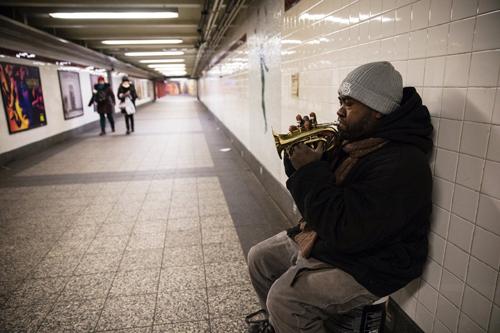 Jean, 39 tuổi, nhạc công chơi kèn trumpet ở các ga tàu điện ngầm New York.Ảnh:New York Times.