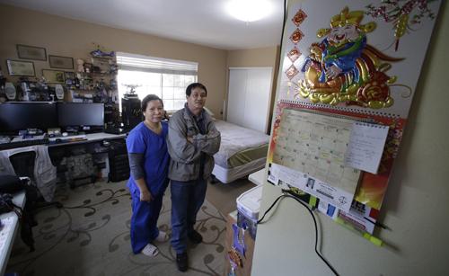 Nhan Pham và vợ đứng trong căn phòng thuê suốt 5 năm qua ởGarden Grove, phía bắc quận Cam. Ảnh: LAT.