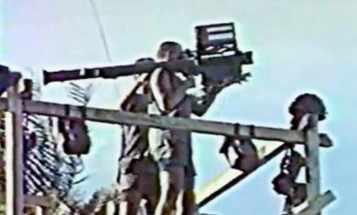 Lính Pháp thử nghiệm tên lửa Stinger tại Chad. Ảnh: War is Boring.