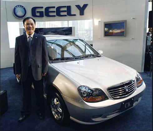 Ông Li Shifu bên mẫu GeelyMR7171A tại triển lãm Detroit 2007. Ảnh: Getty Images.