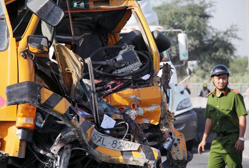 Đầu xe cứu hộ bẹp dúm sau tai nạn. Ảnh: Sơn Hòa