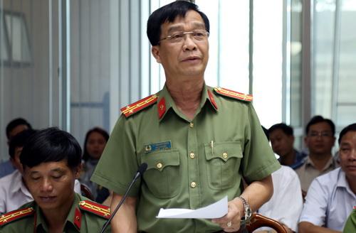 Đại tá Lý Quang Dũng thông tin về khẩu súng gây án. Ảnh: Phước Tuấn
