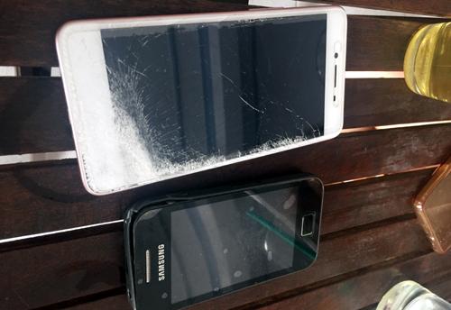 Hai chiếc điện thoại bị ông Trung gây hư hỏng. Ảnh:Đ.X.