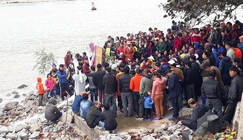 Người thân làm lễ cầu siêu cho những người bị nạn theo phong tục địa phương sau ba ngày mất tích. Ảnh: Lam Sơn.