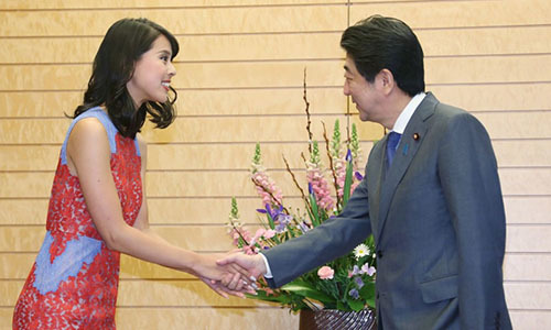 """Thủ tướng Nhật khoe """"bí mật quốc gia"""" với hoa hậu"""