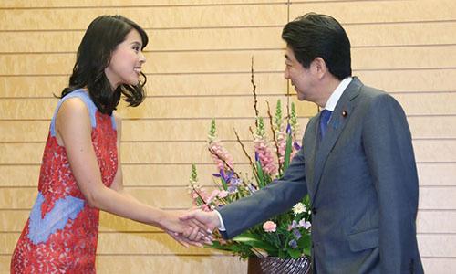 Thủ tướng Nhật Shinzo Abe bắt tay Hoa hậu Hoàn vũMomoko Abe. Ảnh: AFP.