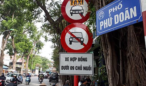 Hà Nội đã cắm biển cấm xe Uber và Grab trên 13 tuyến phố trung tâm để thí điểm. Ảnh: Phương Sơn