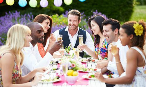 Mẫu câu tiếng Anh và quy tắc lịch sự khi dự tiệc ở Mỹ