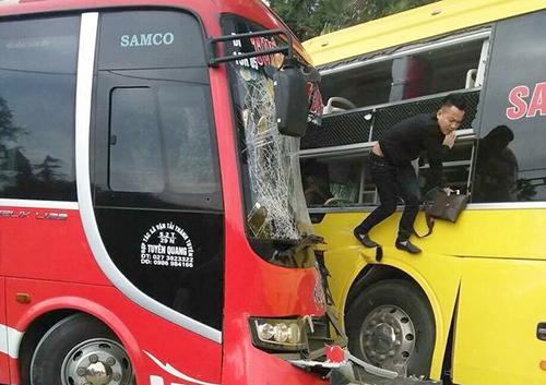 Vụ tai nạn khiến nhiều hành khách phá kính thoát ra ngoài.Ảnh: Nguyễn Ngân