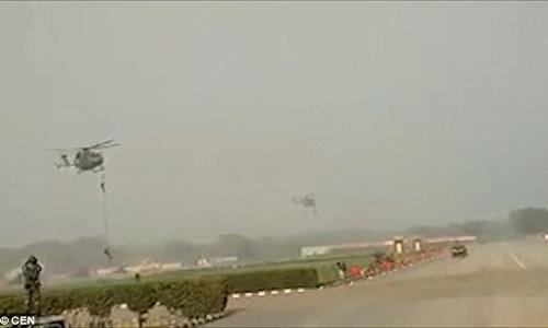 Khoảnh khắc lính Ấn Độ rơi từ trực thăng xuống đất do đứt dây